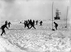 Giocare a pallone sul ghiaccio - Shackleton
